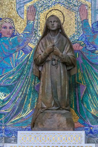 Photo  Lourdes, statue de Bernadette de Soubirous