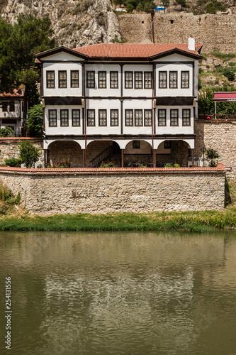 Fotografia  Amasya's old traditional houses near river