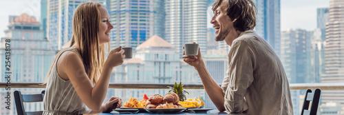 Photo  Loving couple having breakfast on the balcony