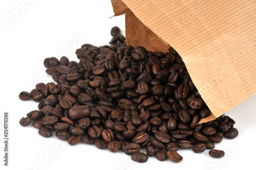 Acrylic Prints Coffee bar Café en grains torréfié sortant d'un sac en papier