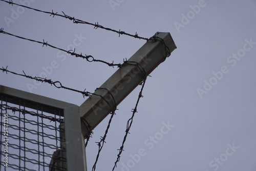 Photo cercado de seguridad o prisión con alambre o cable de espino