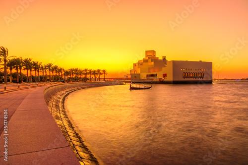 Fényképezés  The walkway with palm trees along Doha Bay