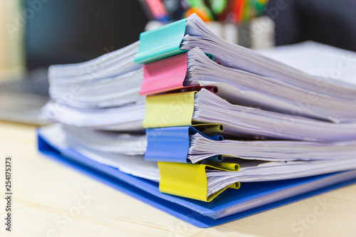 Fotografía  file folder and Stack of business report paper file on the table in a work offic