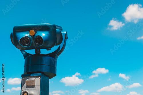Fotografia observation deck binoculars blue sky with clouds on background
