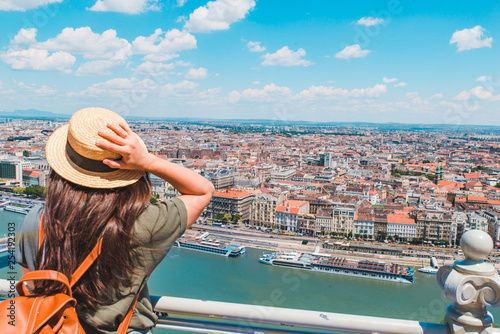 Foto  young stylish woman looking at panoramic view of budapest city