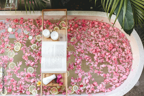 Leinwand Poster Bath tub with flowers and lemon slices