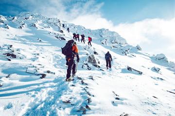 Skupina penjača koji se zimi penjali na planinu