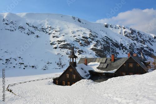 piękny zimowy krajobraz, górskie schronisko