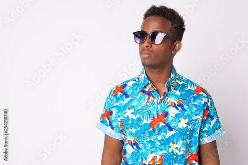 Foto  Young African tourist man with Afro hair thinking with sunglasses