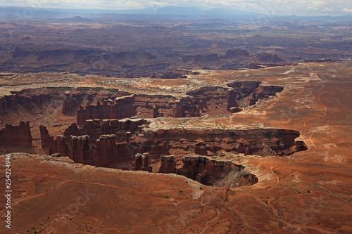 Poster de jardin Parc Naturel The White Rim dirt road Monument Basin in Canyonlands National Park, Utah.