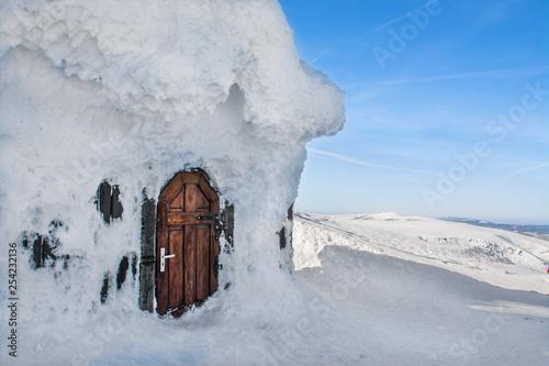 piękna śnieżna zima, drzwi