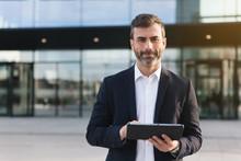 Empresario Con Tablet En Distr...