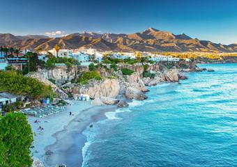 Ładna plaża w Nerja, Hiszpania