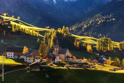 Fotografie, Obraz Santa Magdalena, klimatyczne miasteczko w dolinie, Dolomity, Alpy
