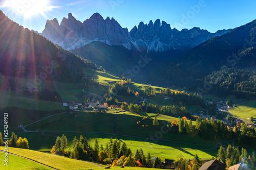 Fototapeta  Santa Magdalena, klimatyczne miasteczko w dolinie, Dolomity, Alpy