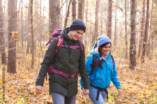 Foto  Travel, tourism, hike and people concept - Couple with backpacks walking in the