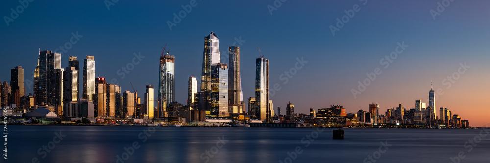 Fototapeta Panorama of Midtown Manhattan and Lower Manhattan at dusk. Blue hour photograph of the new New York skyline.