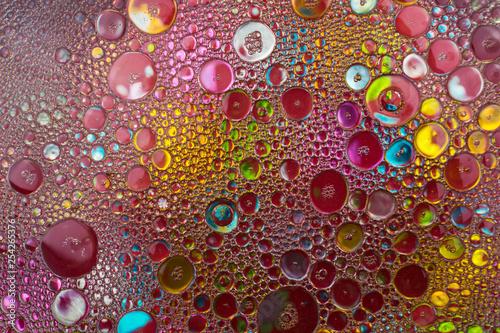 Abstrakcja, tło. Kolorowe bąble, bąbelki - krople oleju w wodzie tworzące abstrakcyjne i ciekawe kszztałty