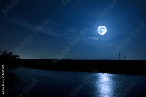 Obraz 満月がかもす川辺のムーンリバー - fototapety do salonu