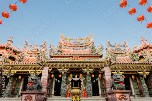Fotografie, Tablou  BANGKOK, THAILAND - Feb 07,2019: The big entry of China temple at Thumkatunyoo foundation and red lanterns decorations hanging on chinese temple roof with blue sky background ,Bangkok, Thailand