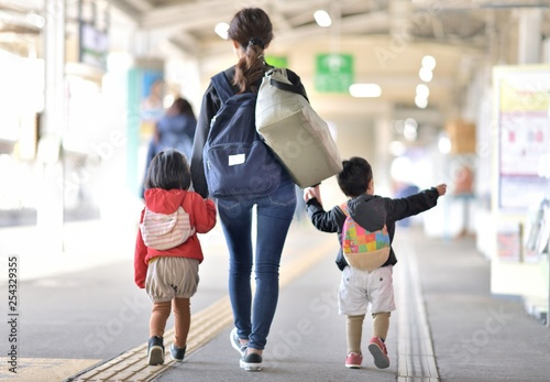 Fototapeta 駅・プラットホーム・旅行のファミリー obraz