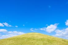 【写真素材】 青空 空 雲 冬の空 背景 背景素材 1月 コピースペース 丘