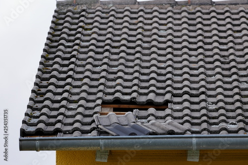 Fototapeta Loch im Dach durch Wind und Sturm