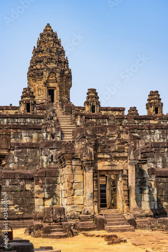 Foto  Main sanctuary atop of pyramid of Bakong temple, Cambodia
