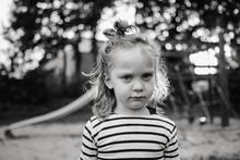 Portrait Eines Kleinen Mädchens, Das Schlechte Laune Hat Und Trotzig Guckt