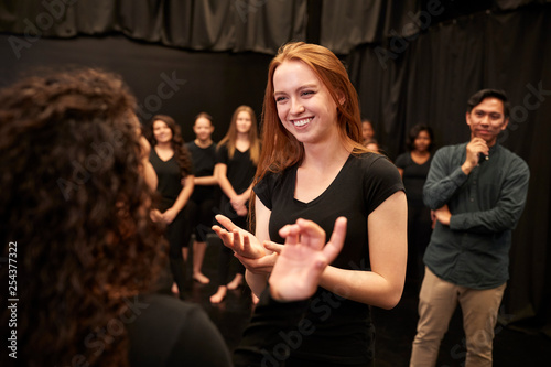 Fotografia Teacher With Male And Female Drama Students At Performing Arts School In Studio