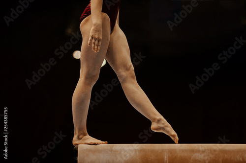Fotografia  side view balance beam legs female gymnast competition in gymnastics