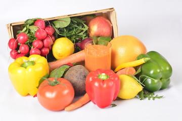 Kosz pełen witamin, warzywa i owoce