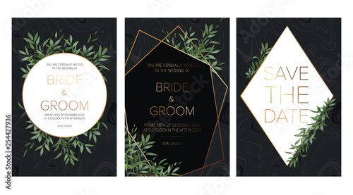 Foto  Wedding floral invite, details, rsvp, thank you label save the date card: rosemary, eucalyptus branches wreath on black marble texture with a golden geometric pattern
