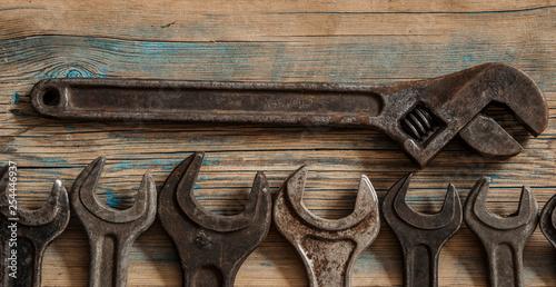Kolekcja starych narzędzi stolarskich na starym stole warsztatowym: koncepcja obróbki drewna, rzemiosła i ręcznych, płaskie świeckich