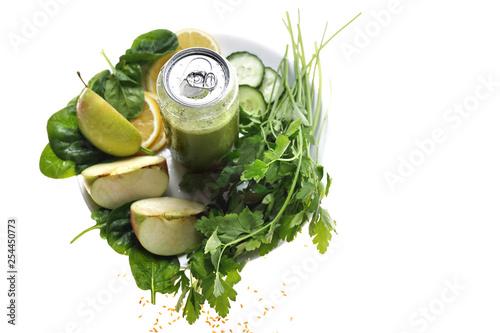 Zielona dieta. Zielone warzywa i owoce w zdrowym, naturalnym świeżo wyciskanym soku.