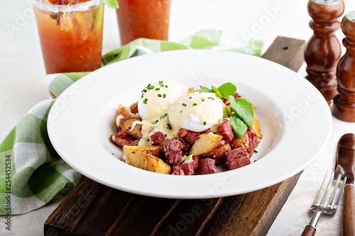 Photo Breakfast potatoes with eggs Benedict and corned beef