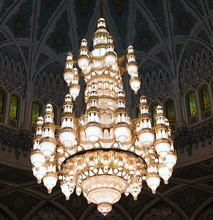 Lichtspendender Kronleuchter In Der Sultan-Qabos-Moschee