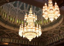 Zwei Prunkvolle Kronleuchter In Der Sultan-Qabus-Moschee