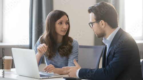 Fotografía  Female manager broker consulting client in corporate office with laptop