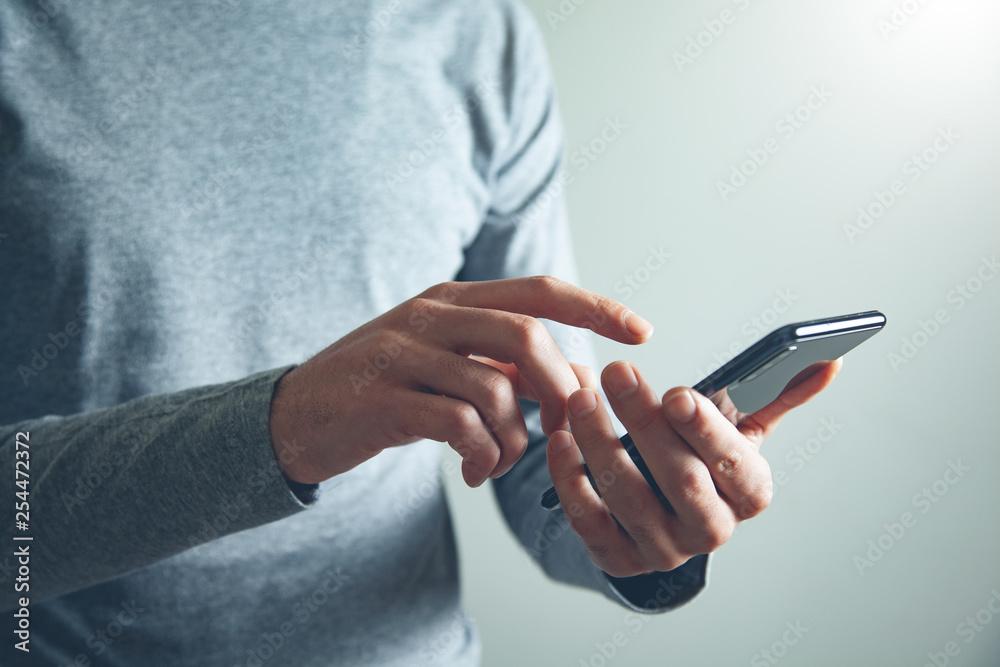 Obraz man hand holding smart phone fototapeta, plakat