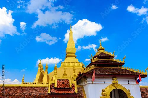 Foto  Pha That Luang temple. Golden stupa. Vientiane. Laos.