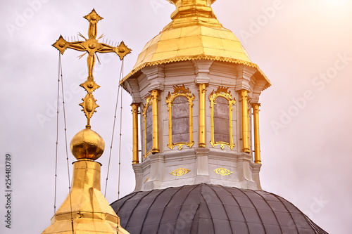 Photo Eastern orthodox crosses on gold domes, cupolas, against blue sky with clouds