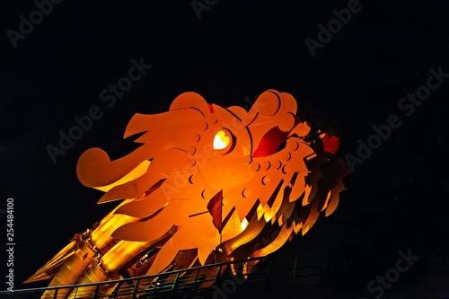 Foto  Dragon golden Bridge Han river in Da Nang in Vietnam.