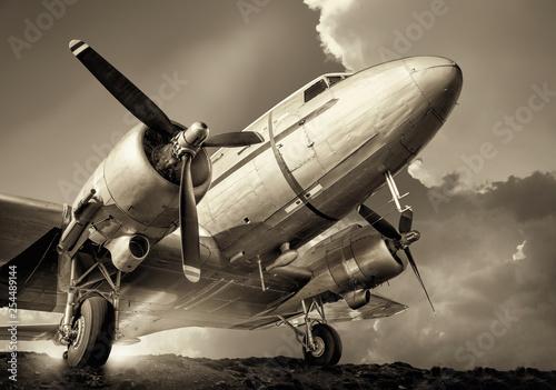 historyczne samoloty na tle pochmurnego nieba