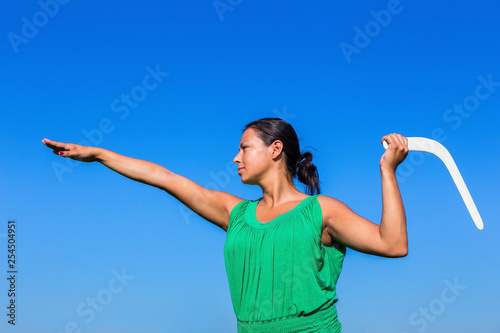 Photo  Colombian woman throws boomerang in blue sky