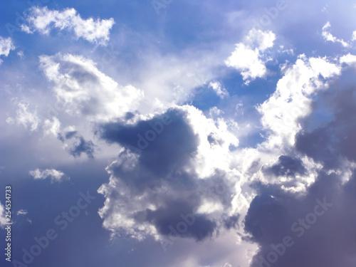 Niebieskie niebo z puszystymi białymi chmurami w dnia świetle