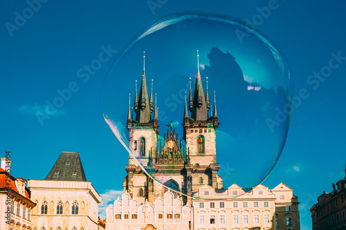 Fotografía  Soap bubble on the background of Church Of Our Lady Before Tyn In Old Town Square in Prague, Czech Republic
