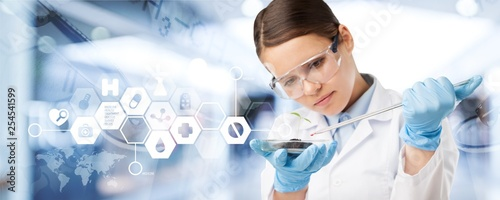 Fotografia Young female scientist standing  on background