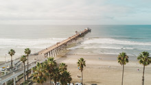 Vista Aérea Do Píer De Oceanside / Longo Píer De Madeira Em Uma Praia Da California.
