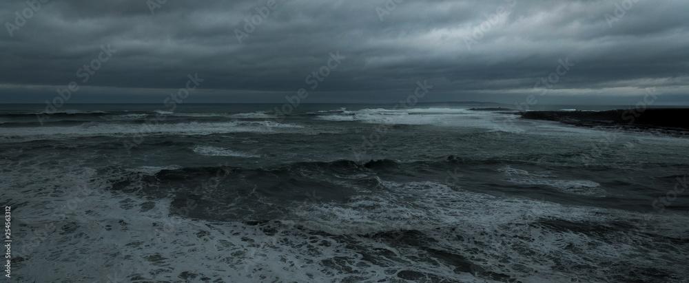 Fototapeta Atlantik Atlantischer Ozean stürmisch schlechtes Wetter dunkler Himmel bedrohlich Wind und Wellen Ozean düster dunkel rau bewölkt Raue stürmische See Irland Wild Atlantic Way Blitz und Donner